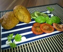 Kugelbrötchen mit Oliven und Tomaten