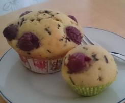 Muffins mit Kirschen und Schokostreuseln