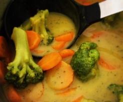Curry Zucchini Cremesuppe mit Brokkoli und Karotten (vegan)