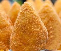 Arancini (Gefüllte und frittierte sizilianische Reisklöße)