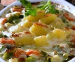 Variation von Gemüseauflauf mit Kartoffeln und Parmesan überbacken