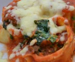 Pfannkuchen gefüllt mit Blattspinat überbacken mit frischer Tomatensoße und Käse
