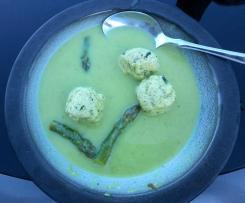 Grüne Spargelsuppe mit Lachsklößchen
