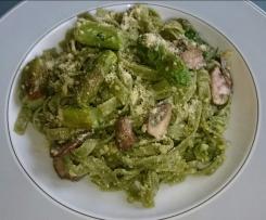 Pasta mit Avocado-Kräuter-Pesto, grünem Spargel und Parmesan (vegan)
