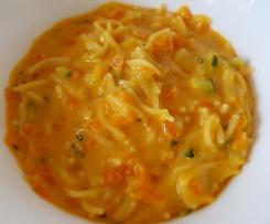 Cremige Fadennudeln in Zucchini-Möhren-Sauce