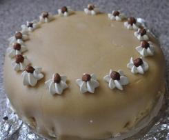 Nuss-Sahne-Torte mit Marzipandecke