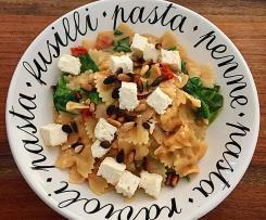 One Pot Pasta mit Spinat, Fetakäse und gerösteten Pinienkernen