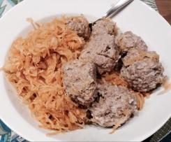 Hackfleisch-Reis-Knödel mit Sauerkraut