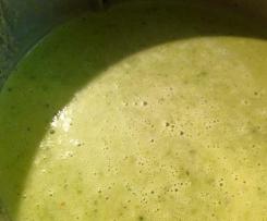 Spargelcremesuppe aus grünem Spargel