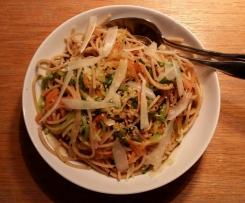 Gemüse-Vollkorn-Nudeln mit Sesam