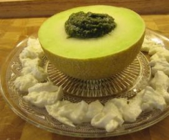 Zitronenmelisse Pesto in Melone mit Büffelmozzarella