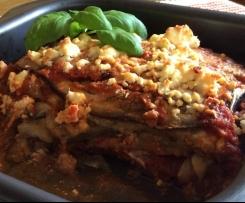 Variation von Parmigiana (ital. Auberginenauflauf mit Tomatensauce und Fetakäse