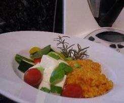 Variation von Tomaten-Paprika-Reis mit Sommergemüse und Fetakäse