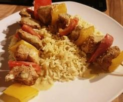Hähnchen-Paprika-Spieße mit Reis und Curry-Senf-Soße