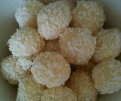 Variation von Kokosbällchen mit Mandelkern
