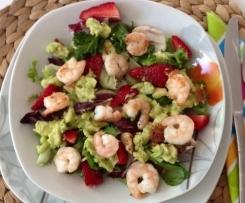 Avocado-Erdbeere-Salat mit Ingwer-Dressing und Garnelen
