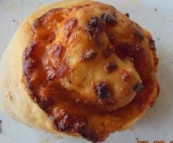 Pizzaschnecken oder -taschen mit Füllung satt