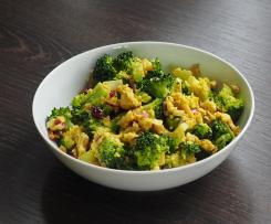 Brokkoli-Cranberry-Salat mit Cashew-Curry-Dressing