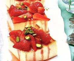 Käsekuchen unter Erdbeerhaube