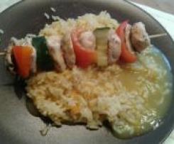 Geflügel-Gemüsespieße mit Reis und Currysauce