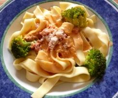 Fettuccine mit Brokkoli in Tomatencreme