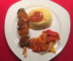 Lendenspieße mit Reis und feuriger Soße