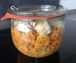 Karotten-Apfel-Salat mit Hühnchen, gerösteten Erdnüssen und Koriander