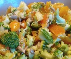 Variation von Brokkolisalat: mit Zucchini