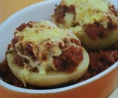 Kartoffelhälften mit Hackfleisch und Zwiebeln