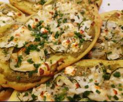 Schnelle Veggie Flammkuchen mit Zucchini und Pesto