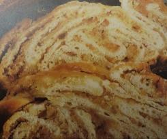Nuss-Marzipan-Zopf aus Quark-Öl Teig