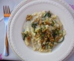 Fusilli in Frischkäse-Gorgonzolasoße mit knusprigen Wallnüssen und Salbei