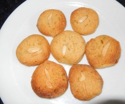 Erdnussplätzchen mit Pinienkernen