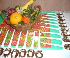 Schokolade mit Gewürzen auf dem Löffel für Heiße Schokomilch