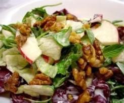 Fruchtiges Dressing für Blattsalat mit Äpfeln + Walnüssen