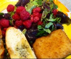 Grüner Salat mit Beerendressing