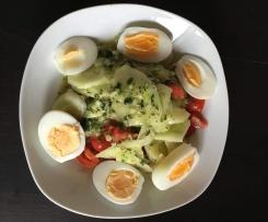 Tomaten-Gurken-Ei-Salat mit Variation vom Salat-Dressing