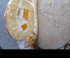 Biskuit-Rolle mit Sahne-Pfirsich-Füllung