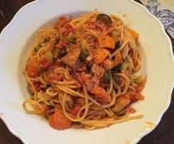 Zucchini, Karotten Spaghetti, mediteran mit Thunfisch