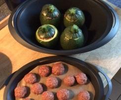 Gefüllte Zucchini mit Reise und Tomatensoße
