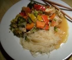 Hähnchenbrustwürfel mit Glasnudeln, buntem Gemüse und Ingwer-Orangensauce