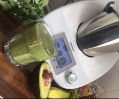Grüner Smoothie mit Avocado, Feldsalat und Banane