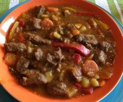 Rindergoulasch-Topf mit Kartoffeln