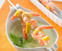 Gurkencremesuppe mit Garnelenspießchen (Cucumber cream soup with prawn skewers)