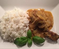 Hähnchenkeule an Basmatireis & pikanter Zwiebel-Senf-Soße (senegalesische Art)