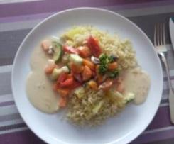 Gemüseplatte mit Reis und heller Sauce