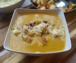 Kürbis-Möhren-Suppe mit gebratenem Apfel und Cheddar
