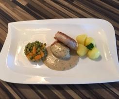 Schweine-Medallion mit Neuen Kartoffeln, Erbsen und Möhren und Pfeffer Sauce