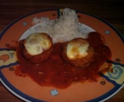 Hackbällchen mit Tomatensauce und Mozzarella überbacken und Reis