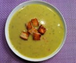 Cremige Wirsing-Parmesan-Suppe mit Brotcroutons